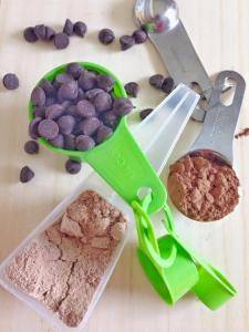 Dark chocolate chips, natural unsweetened cocoa and chocolate protein powder: triple-threat!