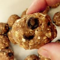 No-bake Peanut Butter Chocolate Chip Oatmeal Protein Balls (5-ingredients, Dairy-free, Gluten-free, High-protein, Vegan option)